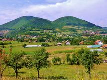Panoramablick von Doppelhügeln in Bosnien nahe Visoko Stockbild