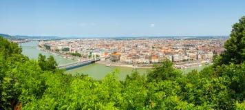 Panoramablick von Dunabe-Fluss mit der Brücke, die Buda und Plage in Budapest, Ungarn anschließt stockfoto