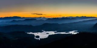 Panoramablick von ein Bergen Sri Lankan und Maskeliya-Reservoir von Adam-` s ragen empor Stockfoto
