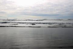 Panoramablick von einem ruhigen See oder von Ozean auf dem Horizont stockbild