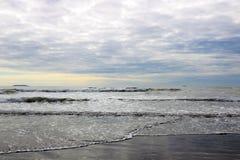 Panoramablick von einem ruhigen See oder von Ozean auf dem Horizont lizenzfreie stockbilder