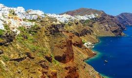 Panoramablick von einer Höhe über den Häusern, den Landhäusern und dem Mittelmeer Schöne natürliche Landschaft Isla Santorini Thi lizenzfreie stockfotos