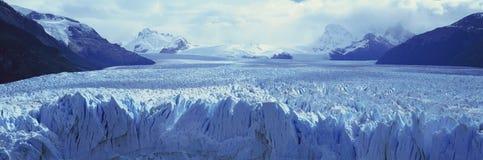 Panoramablick von eisigen Bildungen von Perito Moreno Glacier bei Canal de Tempanos in Parque Nacional Las Glaciares nahe EL Cala Stockfotografie