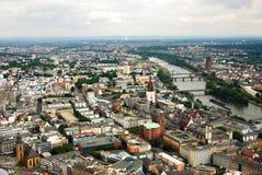 Panoramablick von Frankfurt in Fluss Rhein in Deutschland lizenzfreie stockfotografie
