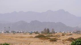 Panoramablick von Gebäuden und von Häusern in den Wüstenbergen im Hintergrund in Ägypten stock video