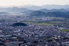 Panoramablick von Gifu-Stadt von der Spitze Gifu-Schlosses auf Berg Kinka lizenzfreies stockbild