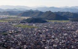 Panoramablick von Gifu-Stadt von der Spitze Gifu-Schlosses auf Berg Kinka lizenzfreies stockfoto