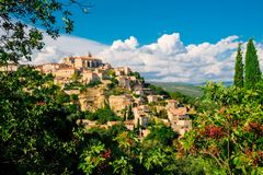 Panoramablick von Gordes, eine kleine mittelalterliche Stadt in Provence, Frankreich Eine Ansicht der Leisten des Dachs von diese lizenzfreie stockfotos