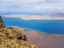 Panoramablick von Graciosa-Insel von Mirador-del Rio Lanzarote Kanarische Inseln spanien lizenzfreie stockfotografie