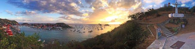 Panoramablick von Gustavia-Hafen bei Sonnenuntergang, Kreuz, Treppe, Hügel, St. Barth, Segelboote Stockbilder