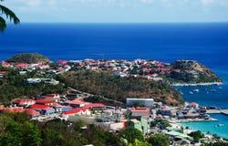 Panoramablick von Gustavia-Hafen gesehen von den Hügeln, St. Barth, Segelboote, Pier lizenzfreies stockfoto