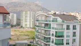 Panoramablick von Häusern in den Bergen stock footage
