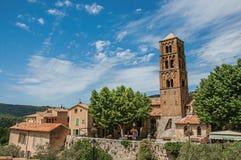 Panoramablick von Häusern, von Kirche und von Glockenturm in Moustiers-Sainte-Marie stockfotos
