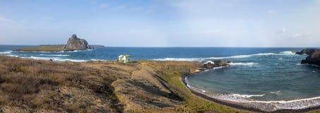 Panoramablick von Haifisch-Bucht Enseada DOS Tubarões und Sekundärinselansicht - Fernando de Noronha, Pernambuco, Brasilien stockfoto
