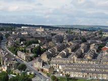 Panoramablick von Halifax in West Yorkshire mit Reihen von terassenförmig angelegten Straßengebäudestraßen und von umgebender Lan stockfotos