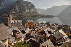Panoramablick von Hallstatt See und von Stadt, Salzkammergut, Österreich Stockbilder