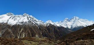 Panoramablick von Himalajabergen auf dem Weg zu den Gokyo Seen Lizenzfreie Stockfotografie