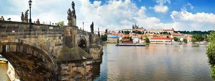Panoramablick von historischen Gebäuden Karlov-Brücke in Prag, Stockfotografie