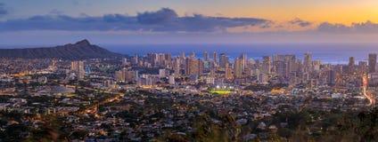 Panoramablick von Honolulu-Stadt, Waikiki und Diamond Head von Tantalus-Ausblick stockfotos