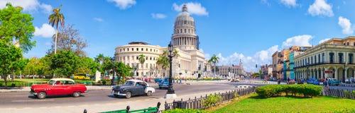 Panoramablick von im Stadtzentrum gelegenem Havana mit dem Kapitolgebäude und -Oldtimern Stockbilder