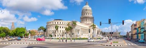 Panoramablick von im Stadtzentrum gelegenem Havana mit dem Kapitolgebäude und -Oldtimern Stockbild