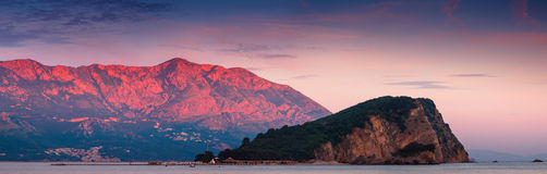Panoramablick von Insel Sveti Nikola bei Sonnenuntergang Rote Berge Budva montenegro ADRIATISCHES MEER Stockfotos