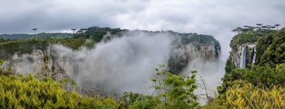 Panoramablick von Itaimbezinho-Schlucht mit Nebel bei Aparados DA Serra National Park - Cambara tun Sul, Rio Grande do Sul, Brasi Lizenzfreies Stockfoto