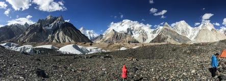 Panoramablick von K2 und von breiter Spitze an Concordia-Zeltplatz Stockfoto