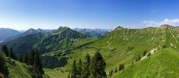 Panoramablick von Kafell-Spitze und von anderen Spitzen während der Sommerzeit Stockfoto