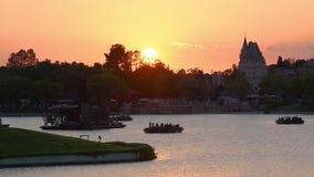 Panoramablick von Kanada Pavillion auf sch?nem Sonnenunterganghintergrund bei Epcot in Walt Disney World-Bereich stock footage