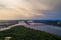 Panoramablick von Kiew-Stadt mit dem Dnieper-Fluss in der Mitte Schattenbild des kauernden Geschäftsmannes Lizenzfreie Stockfotografie