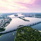 Panoramablick von Kiew-Stadt mit dem Dnieper-Fluss in der Mitte Schattenbild des kauernden Geschäftsmannes Stockbild