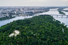 Panoramablick von Kiew-Stadt mit dem Dnieper-Fluss in der Mitte Schattenbild des kauernden Geschäftsmannes Lizenzfreies Stockbild