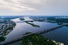 Panoramablick von Kiew-Stadt mit dem Dnieper-Fluss in der Mitte Schattenbild des kauernden Geschäftsmannes Lizenzfreie Stockfotos