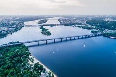 Panoramablick von Kiew-Stadt mit dem Dnieper-Fluss in der Mitte Schattenbild des kauernden Geschäftsmannes Lizenzfreie Stockbilder
