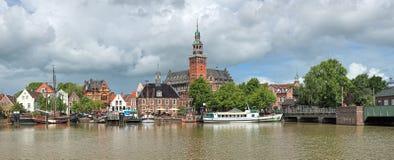 Panoramablick von Leda-Fluss auf Rathaus und altes wiegen Haus im Seitenblick, Deutschland lizenzfreies stockbild