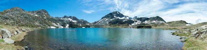 Panoramablick von Les Etangs de Fontargente in den französischen Pyrenäen stockfotografie