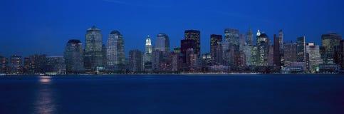 Panoramablick von Lower Manhattan-Skylinen, NY, in denen Welthandels-Türme bei Sonnenuntergang sich befanden Stockbild