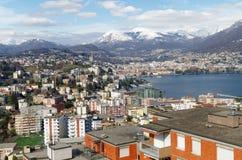 Panoramablick von Lugano, die Schweiz, mit auffälligem Apls Lizenzfreies Stockfoto