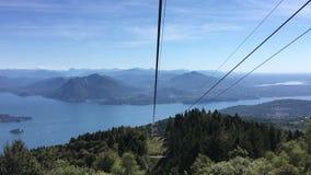 Panoramablick von Maggiore See von einer Luftkabelbahn abwärts gehen, Stresa, Italien stock video