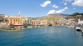 Panoramablick von Marina Corta in Lipari-Stadt stockbild