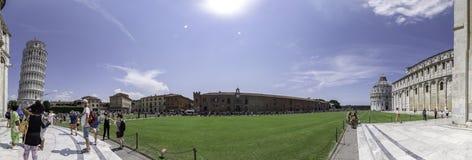 Panoramablick von Marktplatz dei Miracoli, mit dem lehnenden Turm von Pisa und von Baptistery, Pisa lizenzfreie stockbilder