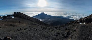 Panoramablick von Mawenzi-Spitze vertreten von Stella Point nah an der Spitze des Mount Kilimanjaros stockbilder