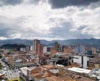 Panoramablick von Medellin, Kolumbien, in die Stadt mit Gebäuden und Metrostation lizenzfreie stockfotos