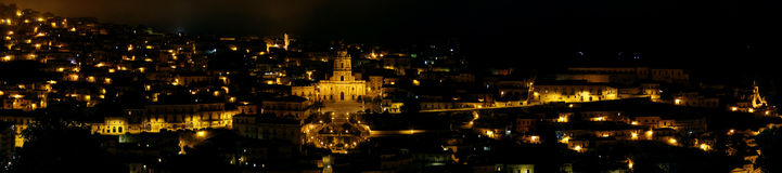 Panoramablick von Modica nachts Stockfotografie