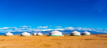 Panoramablick von mongolischem Ger auf einer großen Steppe stockfotos