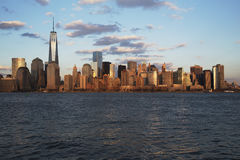 Panoramablick von New- York Cityskylinen auf dem Wasser, das ein World Trade Center (1WTC), Freedom Tower, New York City kennzeic Stockfotografie