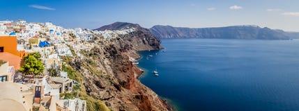 Panoramablick von Oia-Stadt, von Felsen und von Meer, Santorini-Insel, Griechenland Stockfotos