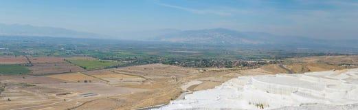 Panoramablick von Pammukale nahe moderner Stadt Denizli, die Türkei Ein des berühmten Touristenplatzes in der Türkei lizenzfreie stockbilder