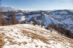 Panoramablick von Pestera im Winter, Brasov, Siebenbürgen, Rumänien lizenzfreies stockfoto